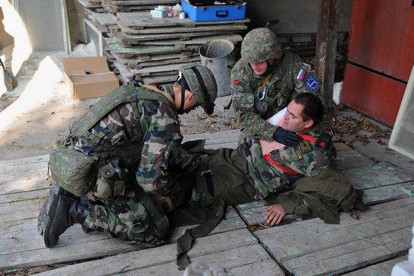 Vojaci ošetrujú zraneného počas cvičenia bojových záchranárov v areáli Úradu hlavného lekára Ozbrojených síl Slovenskej republiky v Liptovskom Mikuláši.