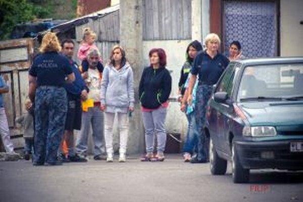 Dobrovoľníkom pomáhala aj mestská polícia. Rómovia vzorne čakali nastúpení v rade.