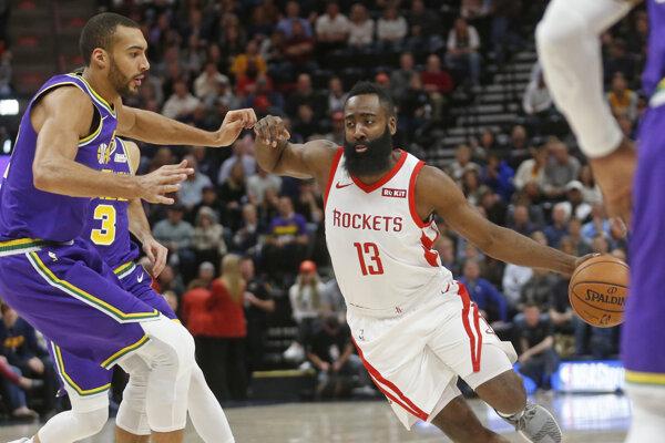 James Harden (vpravo) v súboji s Rudym Gobertom z Utahu Jazz.