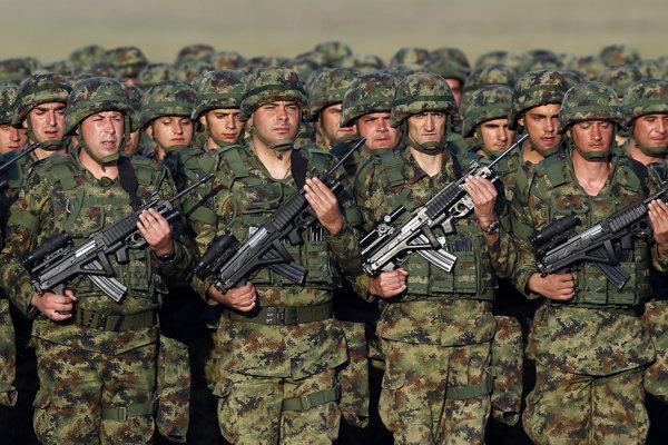 Srbi nevylučujú nasadenie armády v Kosove.