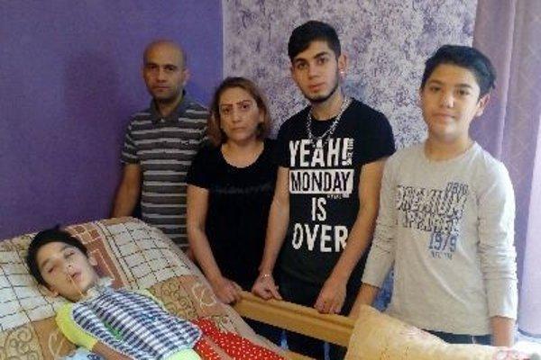 Milujúca rodina pri Patrikovej posteli – otec Jozef, mama Jana, brat Jozef a dvojča Erik.