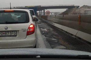 Diaľnica smer KE (Budimir). Čaká sa v kolóne.