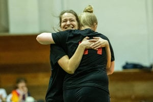 Hráčky SME sa radujú z víťazstva nad protihráčkami z tímu Denník N.