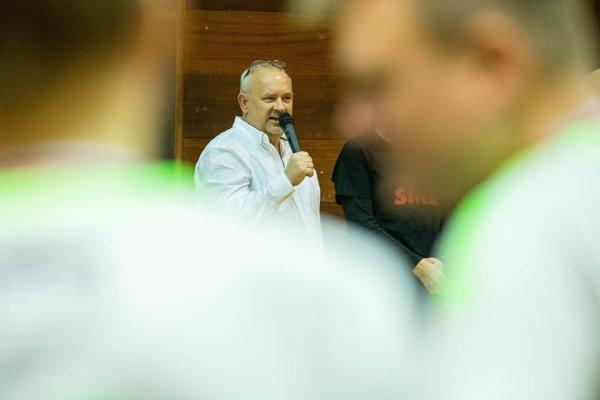 Riaditeľ vydavateľstva Petit Press Alexej Fulmek prehovára k súťažiacim po Memoriáli Karola Ježíka.