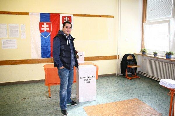 Juraja prekvapilo, koľko ľudí pred volebnými miestnosťami stretol.