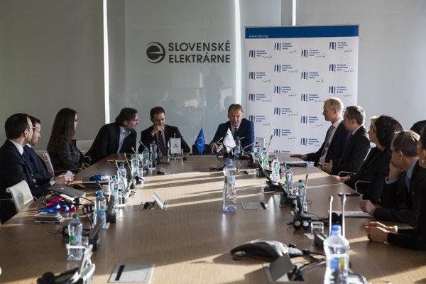 Na snímke v strede zľava finančný riaditeľ Slovenských elektrární a.s. Pedro Caňamero a viceprezident Európskej investičnej banky (EIB) Vazil Hudák počas slávnostného podpísania pôžičky EIB Slovenským elektrárňam.
