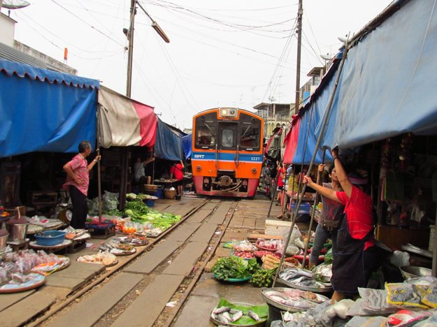 Skutočná atrakcia, trh Mae Klong na koľajniciach.