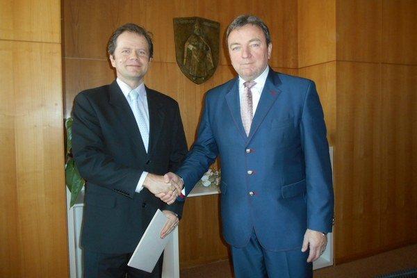 Ján Blcháč (vpravo) odovzdal menovací dekrét Romanovi Králikovi.