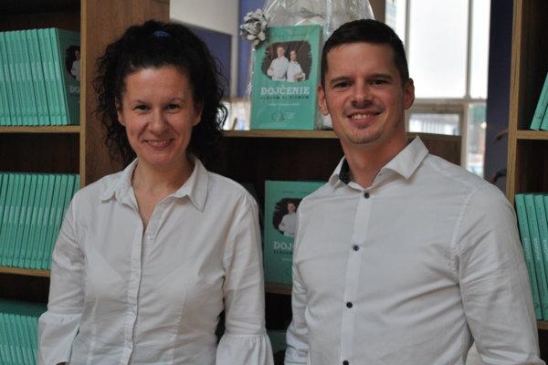 Katka Brňáková a Boris Žitňák spolu napísali knihu Dojčenie slovom aj písmom.