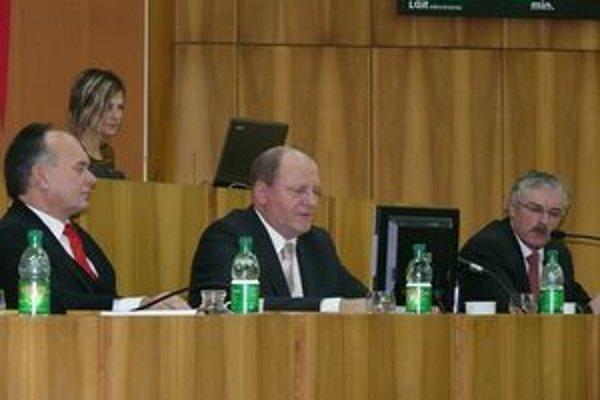 Primátor Považskej Bystrice Miroslav Adame (vstrede) odvolal svojho druhého zástupcu Ľubomíra Kuboviča (vpravo). Prvý zástupca Stanislav Haviar vo funkcii zostáva (vľavo).