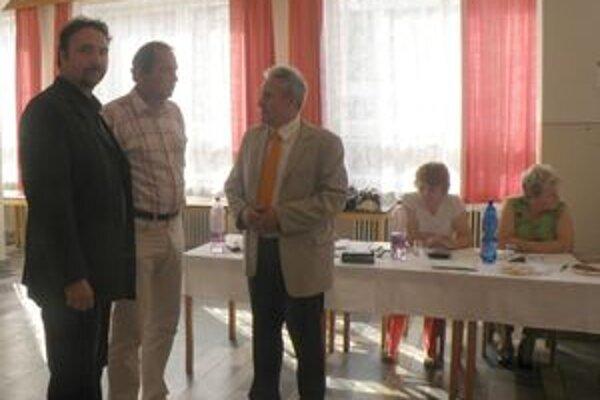 Členovia obvodnej volebnej komisie v rozhovore s predsedom okrskovej v Beluši.