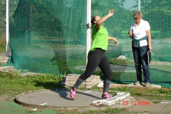 Atlétom v Dolnom Kubíne chýba atletická dráha.