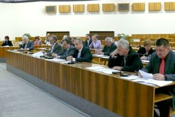 Zasadnutie zastupiteľstva, na ktorom zrušili poslanci uznesenie o komunitnom pláne sociálnych služieb.