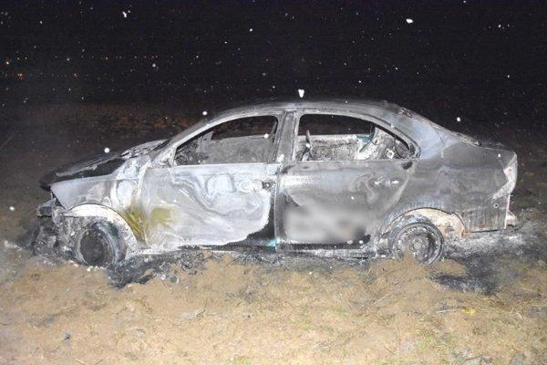 Ukradnuté auto zapadlo v oráčine. Zlodeji ho zapálili, ostala z neho kopa šrotu.