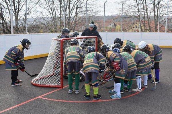 Mladí žilinskí hokejbalisti v extralige U14 naberajú skúsenosti.