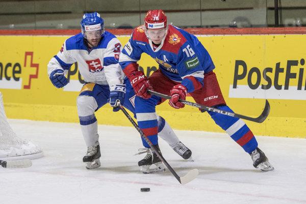Andrej Čibisov (vpravo) a Martin Štajnoch v súboji o puk.