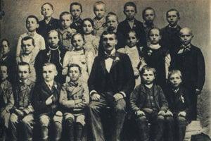 Tiso ako žiak štvrtej triedy ľudovej školy v prvom rade prvý vpravo.