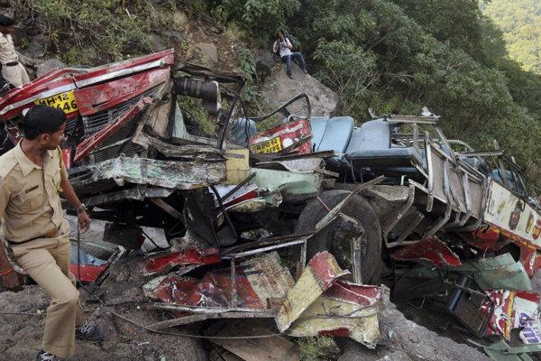 Nákladné auto zišlo z cesty, zomrelo najmenej šestnásť ľudí