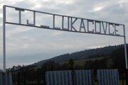 Vchod na futbalové ihrisko obce Lukačovce, obyvateľov ktorej prezývajú Taľijaňi. Toto pomenovanie im zostalo po futbalovom zápase so susednými Košarovcami v roku 1966.