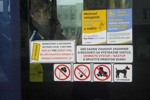 Upozornenie, že v tejto električke nie je možné použiť 4-zastávkový lístok.