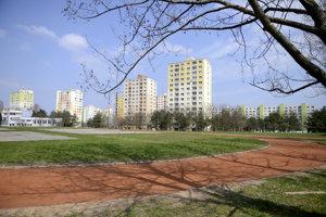 Revitalizovaný atletický ovál na školskom športovisku v Dúbravke využíva stredná škola na Ulici Karola Adlera aj Základná škola na ulici Pri kríži.