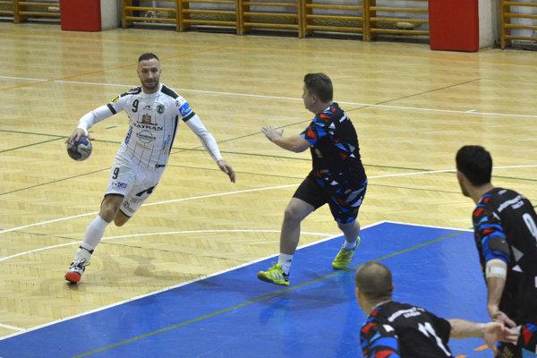 Dominik Krok (vľavo) v pohárovom dueli proti Levoči.