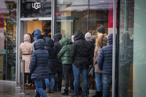 Rady pred predajňou obuvi v Parndorfe.