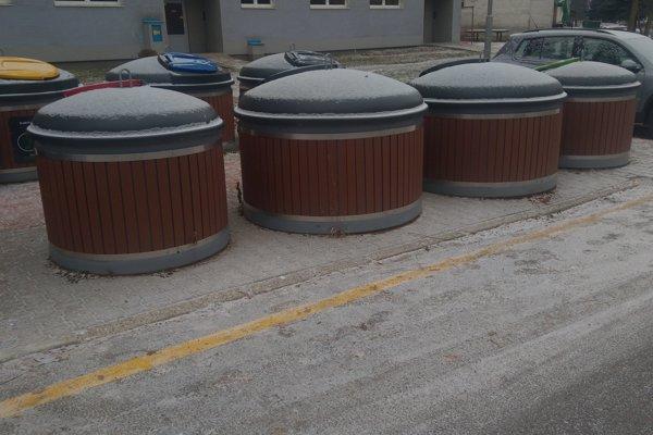 Vodiči často parkovali aj pri polopodzemných kontajneroch. Znemožňovalo to vývoz odpadu.