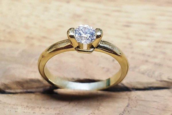Menejcenný diamant s podvodným certifikátom.