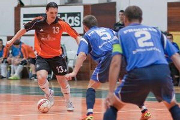Várady (v oranžovom) bol hlavnou postavou v treťom finále a prispel k výhre Slovmaticu troma gólmi. Bránia ho Dubničania Mišík (5) a Staňo (2).