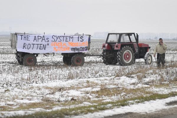 Traktor s protestným transparentom počas decembrovej návštevy europoslancov v Gyňove pri Košiciach.