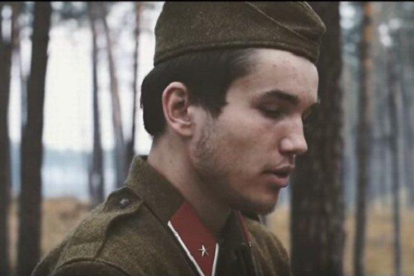 Martin sa vo videoklipe predstavil ako vojak hrajúci na klavíri uprostred lesa.