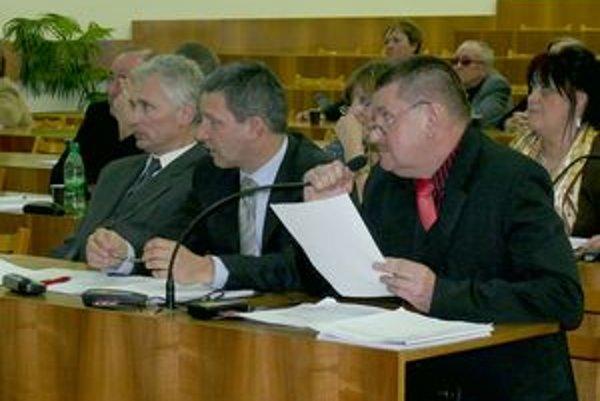 Návrh na schválenie komunitného plánu predkladal poslanec Jozef Kostelanský (prvý zľava).
