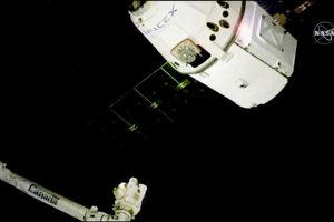 ISS obieha vo výške približne 400 kilometrov a vykonáva sa na nej vedecký výskum, ktorý by bol na povrchu Zeme nemožný.