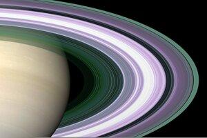 Simulovaný záber na prstence Saturnu vo falošných farbách.