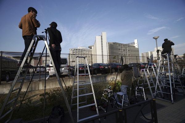 Novinári vo štvrtok čakajú pred tokijským väzením, v ktorom zadržiavajú Ghosna.