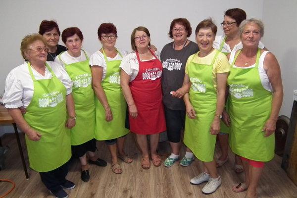 Skupinka veselých zubrohlavských kuchárok. Energie majú tieto dôchodkyne na rozdávanie.