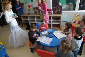 Farebná miestnosť s detskými hračkami tých, pre ktorých je určená, hneď zaujala.