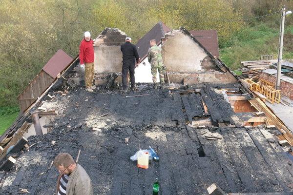 Budova prišla pri rozsiahlom požiari nielen o strechu.