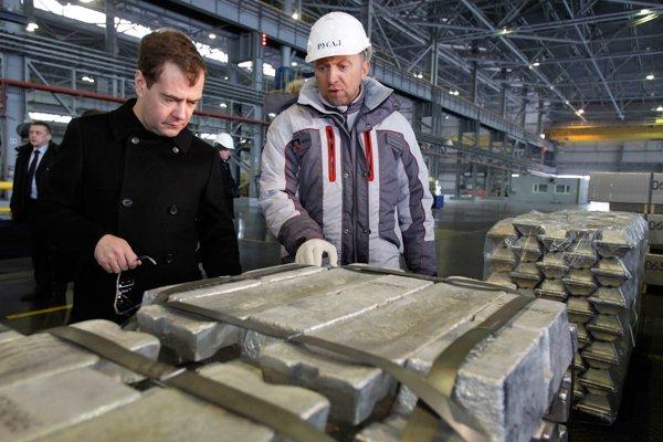 Medvedev (vľavo) a šéf hlinikárskej spoločnosti Rusal Deripaska (vpravo).