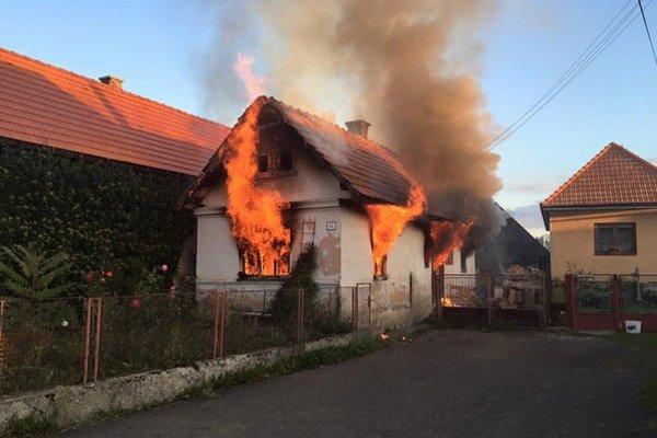 Požiar ešte stále hasia.
