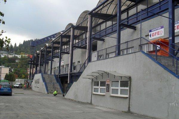Po takmer desiatich rokoch sa na mladšiu tribúnu štadióna MFK Ružomberok vrátil pracovný ruch.
