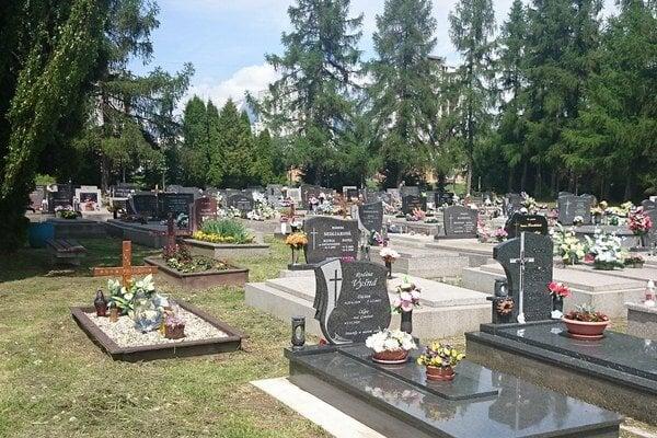 Pamiatku zosnulých si môžu ľudia pripomenúť na Vrbickom cintoríne do deviatej hodiny večer.