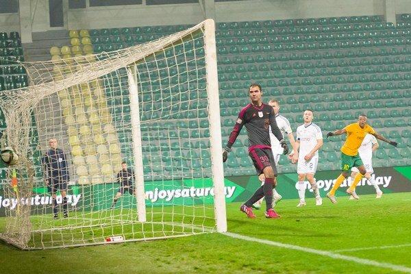 Brankár Darko Tofiloski z MFK Ružomberok potom, čo dostal úvodný gól zápasu.