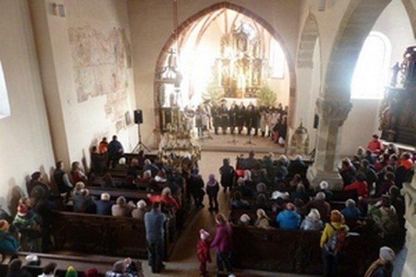 Vianočný program začal v kostole uprostred skanzenu, pokračoval v priestoroch Múzea liptovskej dediny v Pribyline.