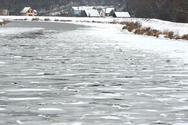 Hladiny riek a vodných plôch zamŕzajú.