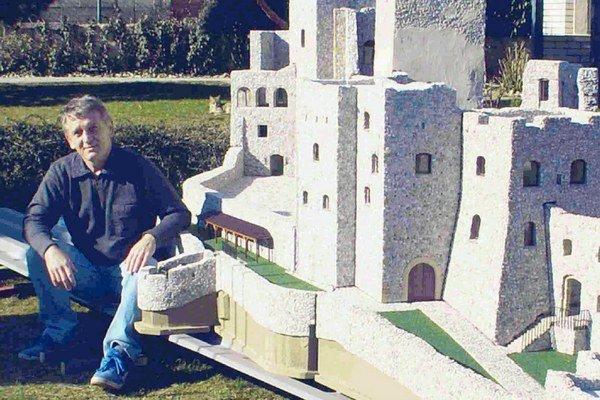 Hrad Strečno je najťažší model, váži 620 kilogramov a je vyšší ako človek.