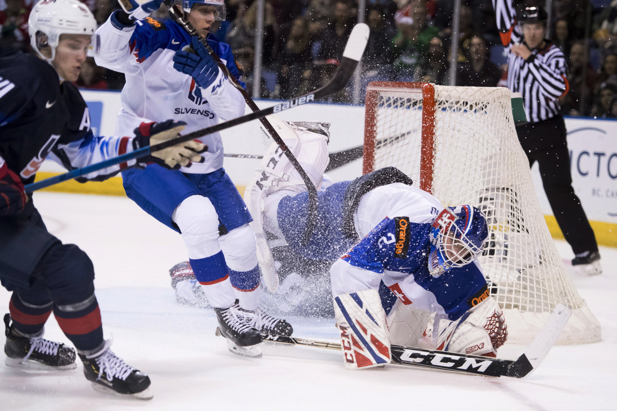 8158c7dd45c Samuel Hlavaj zasahuje v zápase Slovensko - USA na MS v hokeji do 20 rokov  2019