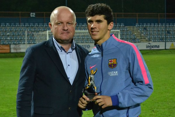 Spomienka na posledný ročník Michalovce Cupu. Marek Zahorčák pózuje s Carlesom Aleňom, ktorý už hráva prvý tím Barcelony.
