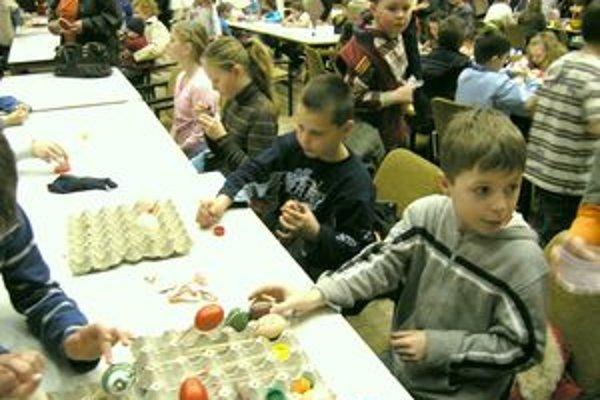 Deti sa naučili rôzne techniky zdobenia kraslíc.